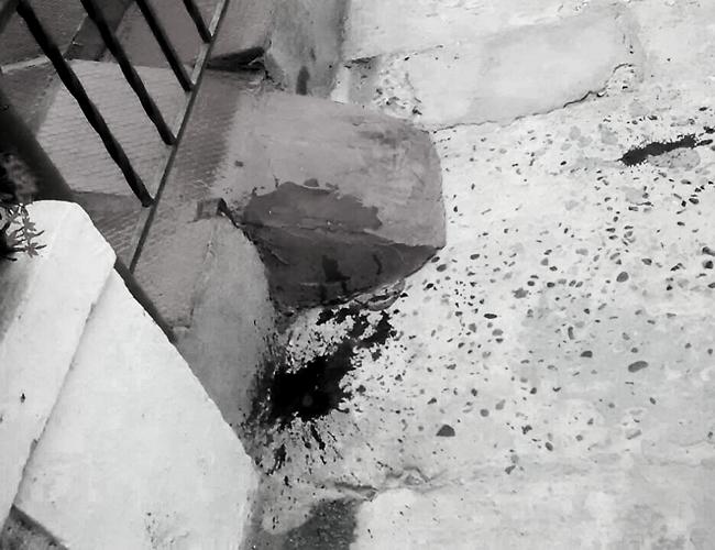 En la entrada de la vivienda donde ocurrieron los hechos quedaron los rastros de sangre. El menor está gravemente herido.   Foto: Archivo