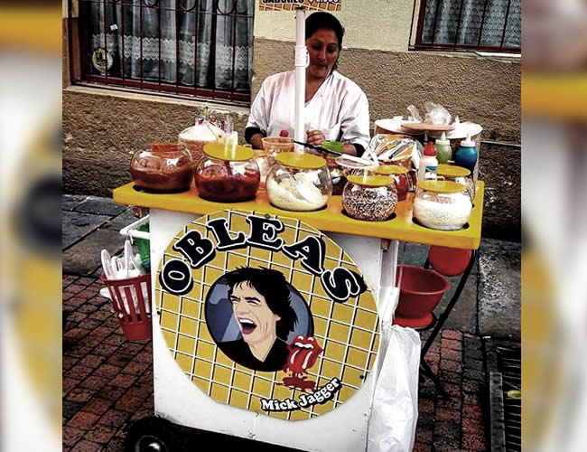 Janet Gutiérrez reestructuró su puesto de obleas típicas en el Centro de Bogotá | Foto: Semana.co