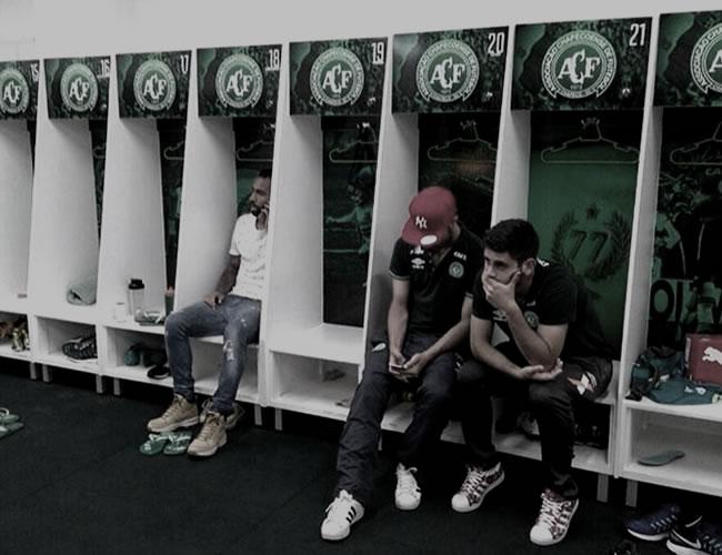 Los pocos jugadores que no viajaron están se reunieron en el camerino para orar por sus compañero | Twitter