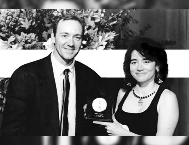 El actor Kevin Spacey fue quien entregó  el premio de la Academia a Patricia Cardoso en 1996 | Foto: El Espectador