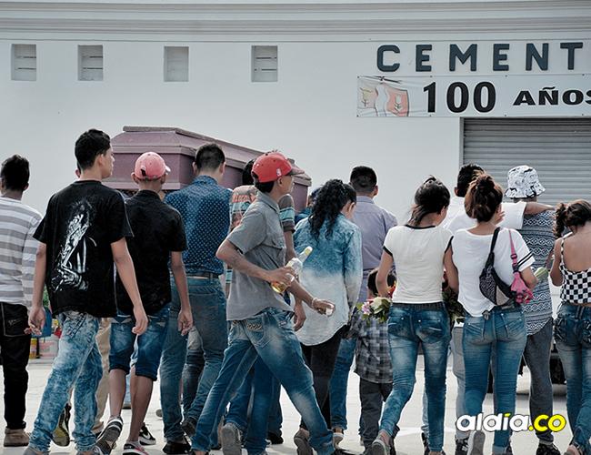 Instante en el que familiares y amigos del occiso ingresaban el féretro al Cementerio Calancala. Hubo trago y cánticos. | AL DÍA