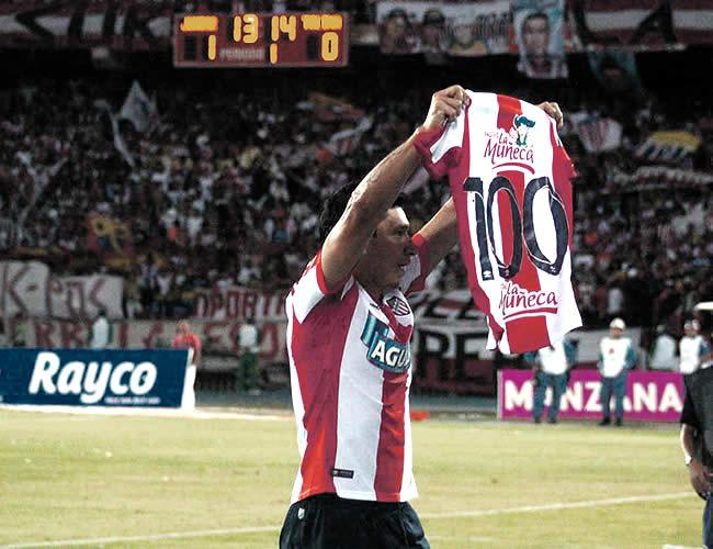 El delantero paraguayo celebró ante Tolima su anotación sacando una camiseta con el número 100 estampado en el dorsal | Foto: Archivo
