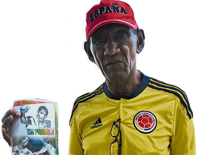 El expúgil anda de buen ánimo y además de vender los discos con sus combates se toma fotos con los turistas | Foto: Lorena Henríquez
