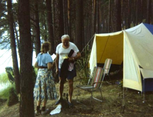 Estos son Anna-Teresa Tymieniecka (de espaldas) y Juan Pablo II cuando acamparon juntos. | Foto: BBC