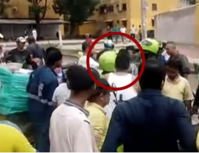La pelea empieza cuando uno de los policías golpea a uno de los periodistas | Captura de pantalla
