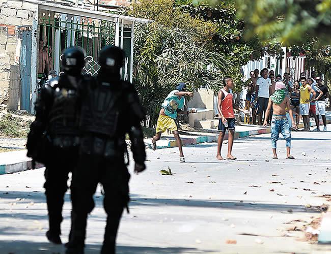 Momento en que desadaptados se enfrentan al Esmad. | Foto: Archivo