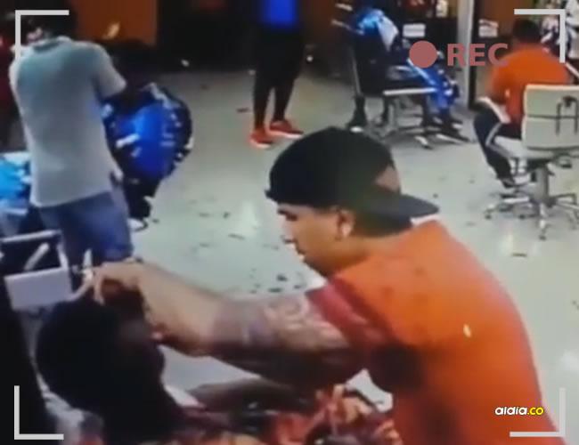 Una terrible escena tuvieron que vivir los clientes y empleados de una peluquería en Palmira, cuando un sicario ingresó y abrió fuego | YouTube