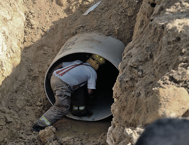 Bomberos en el operativo para rescatar al joven | Foto: Luís Felipe de la Hoz