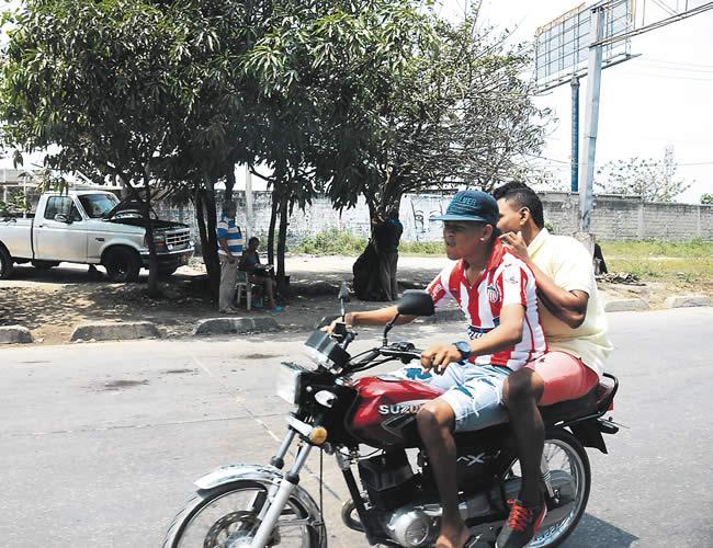 Los bandidos no hicieron el mínimo esfuerzo por resguardar su identidad, iban sin casco, seguros y confiados. | Foto: AL DÍA