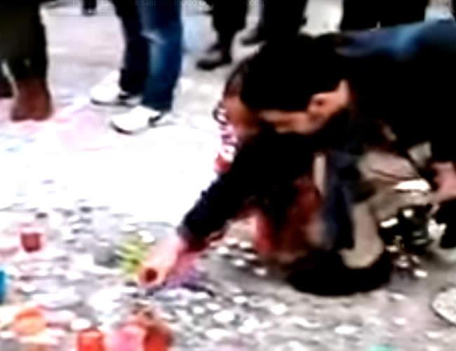 Este es el momento en el que Al Sabbah le da indicaciones a la pequeña antes de la foto | Foto: captura de pantalla