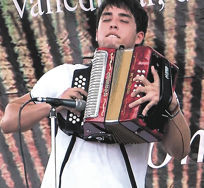El acordeonero samario Javier Matta señala a uno de sus homólogos de haber enviado un video a la organización para que lo descalificaran. | Foto: Archivo