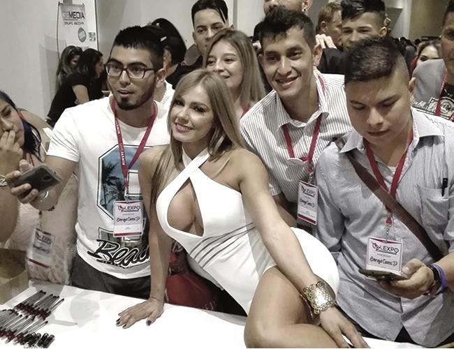 Todos los participantes del congreso 'Latin America Adult Business Expo', lucharon por obtener una foto junto a la actriz porno Esperanza Gómez. | Foto: AL DÍA