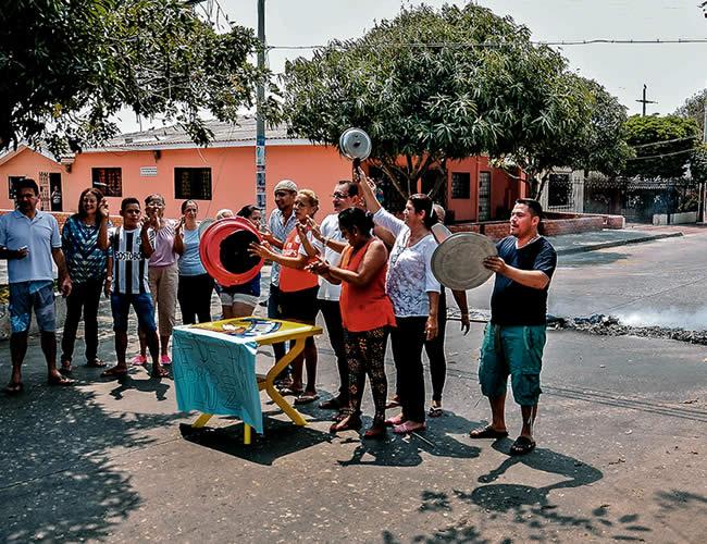Habitantes de Los Pinos durante protesta en la vía | Fotos: Jesús Rico