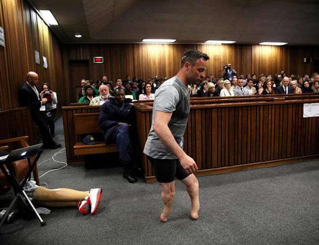 El medallista parlímpico Oscar Pistorius camina a través del salón de la corte sin sus prótesis, durante el tercer día de la audiencia por el asesinato de su novia Reeva Steenkamp, en el 2013   REUTERS/Siphiwe Sibeko