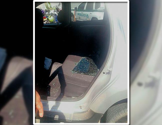 Los delincuentes robaron el maletín con el equipo fotográfico de Luis Felipe De la Hoz, tras romper el vidrio del carro. | Foto: Archivo