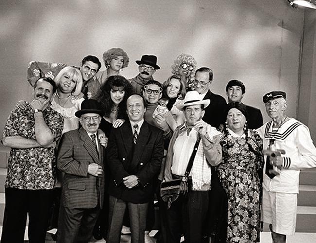 Parte del elenco histórico de Sábados Felices, liderado por el presentador Alfonso Lizarazo. | Foto: Archivo