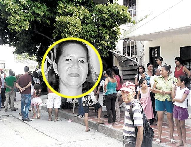Vecinos y curiosos se aglomeraron en las afueras de la casa donde ocurrió el asesinato, barrio Centro, de Sabanalarga.  | Foto: Al Día