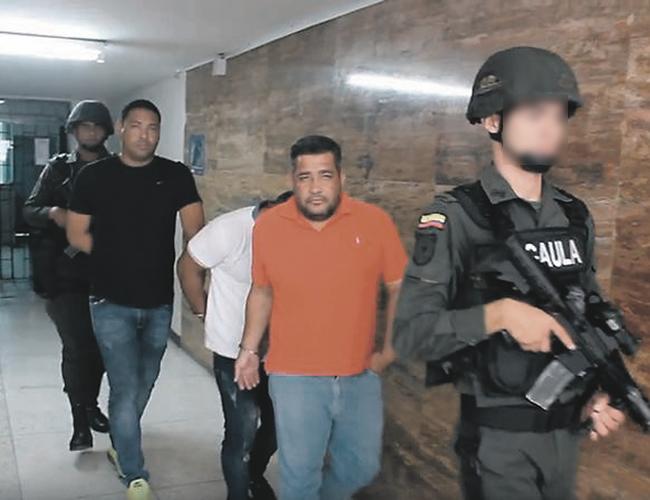Momentos en que los capturados entran a la Fiscalía para su judicialización, Gabalo  (camiseta blanca) se oculta. | Foto: Archivo