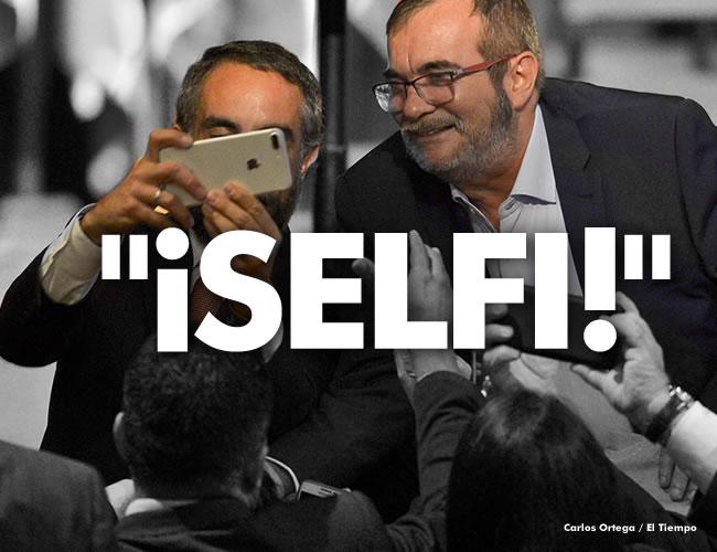 Justo después de culminada la ceremonia de la firma del nuevo acuerdo de paz, el senador barranquillero se animó a sacarse una selfi con Timochenko | Carlos Ortega / El Tiempo/AFP