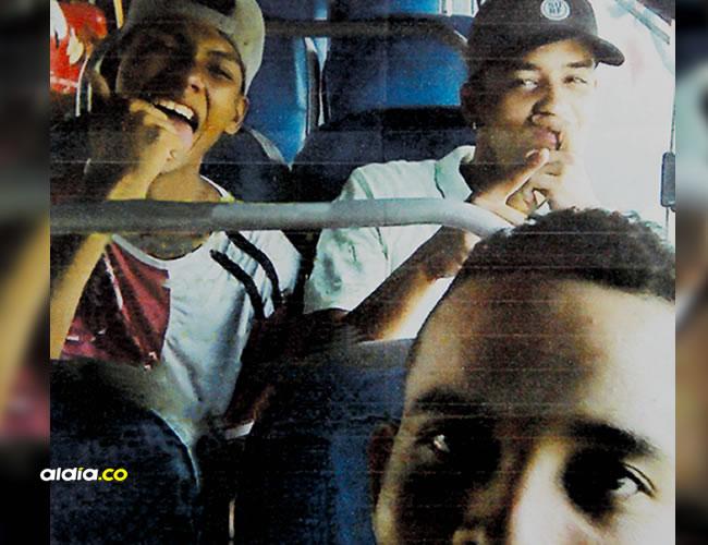 Selfie tomada cuando los tres jóvenes iban en un bus de servicio público a Puerto Colombia. Reyson aparece en primer plano. | Instagram
