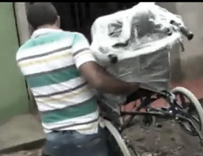 Esta fue la silla de ruedas solicitada por la familia y solo hasta después de la muerte del joven fue que llegó a su hogar.   Foto: YouTube