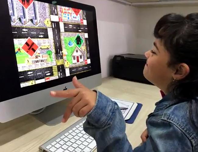 Mission Street busca enseñarle a los niños con esta alteración genética a que reconozcan las señales de tránsito y evitar accidentes. | Captura de pantalla
