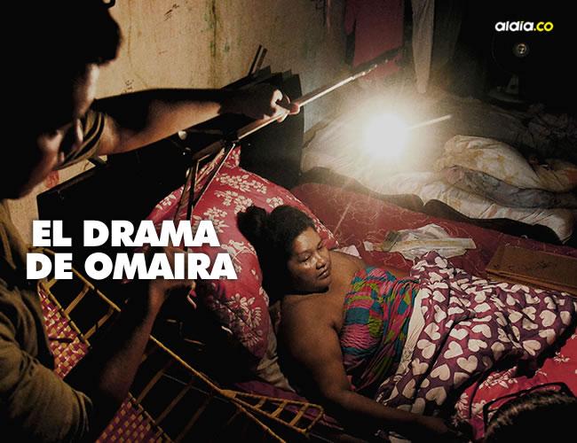 En medio de la poca luz en el cuarto en el que permanece Omaira, su hijo Anibal enciende una lámpara. | Luis Felipe De la Hoz/AL DÍA