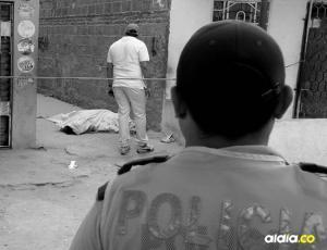 Los cadáveres del hombre y la mujer fueron cubiertos con sábanas por vecinos. Seis tiros acabaron con la vida de ambos.