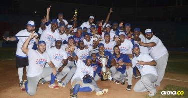 Celebración de los integrantes de Caimanes, que anoche vencieron a Toros y levantaron el título de campeón del béisbol profesional colombiano.