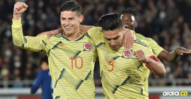 El samario Radamel Falcao García festeja el gol de la victoria con James Rodríguez. Atrás celebra Duván Zapata.| AFP