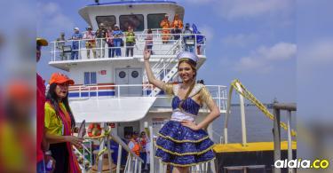 La 'cambambera' Carolina Segebre, reina del Carnaval 2019, durante la Guacherna Fluvial.   John Robledo