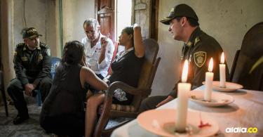 Las autoridades visitaron a los familiares de Jeison Vásquez Pérez, asesinado de un tiro en la cabeza. Mientras tanto el pueblo permanece con una fuerte presencia policial y rige el toque de queda y la ley seca.
