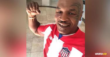 El exboxeador estadounidense Mike Tyson autografió la camiseta de Junior y se la puso.Cortesía.