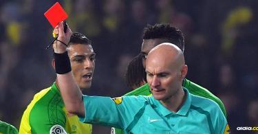 Momento en el que Tony Chapron expulsa al jugador del Nantes   AFP