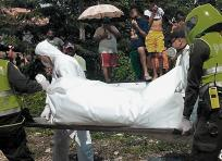 Momentos en que los policías sacan el cadáver de la víctima. | AL DÍA