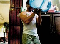 Hacer pesas en casa es una forma de mejorar la fuerza y así mantenerse en forma. | Archivo