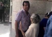 Olimpa Pérez mientras intentaba dialogar con su hijo John Gómez Pérez, actual personero de Puerto Berrío | Captura