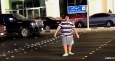 En las redes sociales se filtró un video de un niño de 14 años bailando 'La Macarena' en pleno paso peatonal de una calle en Arabia Saudí | Captura de pantalla