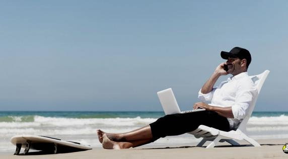 Trabajar al lado de la playa es un sueño para muchos   Archivo