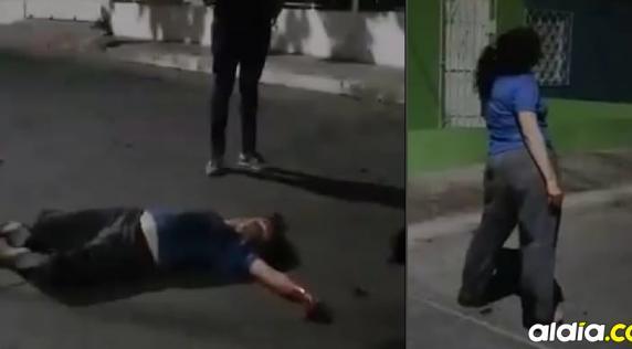 La mujer estuvo caminando varios minutos, como desorientada, luego se desmayó.   Captura de video