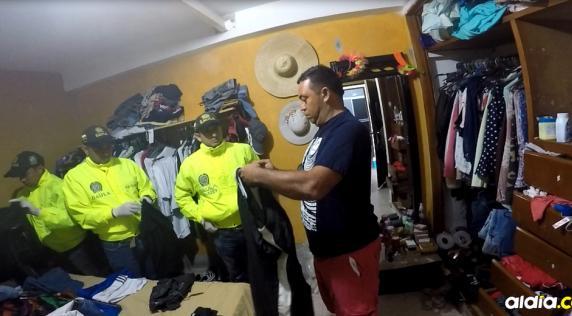Momentos en que el Gaula inspecciona la ropa de Maldonado Cera y se realiza la incautación de un pantalón de sudadera de color azul oscuro, con franjas blancas, que sería la prenda que llevaba al asesino de Brenda Pájaro el día del homicidio.