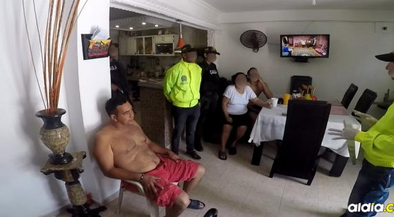 Momento en que a Maldonado le informan sobre la orden de captura en su contra y el allanamiento.   Captura de video