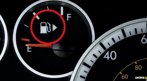 ¿Para que sirve la flecha que está al lado del símbolo de gasolina en el carro? | Cortesía