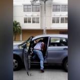 La víctima permanecía dentro de su vehículo en la calle 55 con carrera 53, cuando llegó el hombre armado | Captura de pantalla