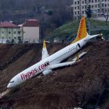 El aeropuerto fue cerrado brevemente pero volvió a abrir este domingo por la mañana | Dogan News Agency / AFP