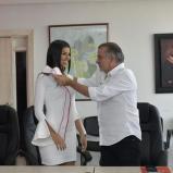 El gobernador Eduardo Verano De la Rosa le impone la banda a Miriam Isabel Carranza De Moya. | Al Día