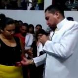 La mujer le mostró a todos en la iglesia como su ropa le quedaba más suelta y la felicidad que sentía en esos momentos | Captura de pantalla