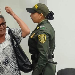Rebeca Viloria cuando se dirigìa airada contra Dayana Jassir, en la audiencia de ayer. La Policía interviene.   Al Día