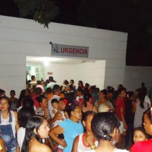 Decenas de personas se aglomeraron a las afueras del puesto de salud donde atendieron a las menores.