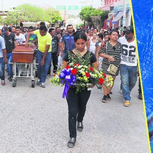 Durante el sepelio del joven Julián Villadiego Pérez, familiares y amigos clamaron justicia para que su crimen no quede impune   Fotos: Luis G. Castillo